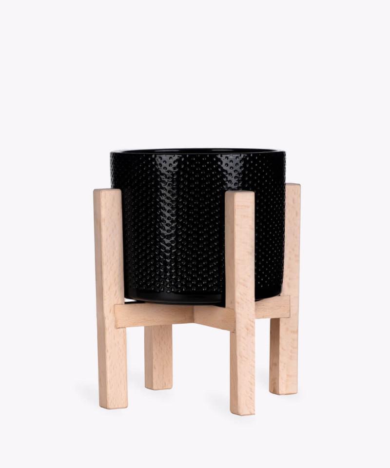 Stojak drewniany w kolorze naturalnym z czarną doniczką