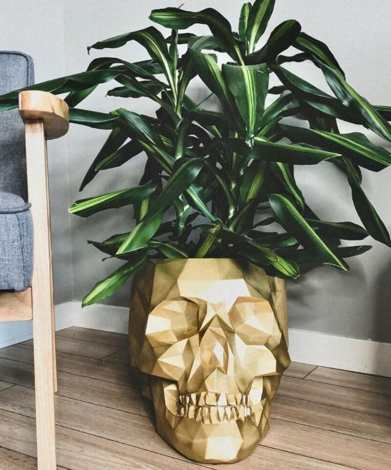 Doniczka czaszka XL złota osłonka betonowa ⌀ 24 cm aranżacja salonu